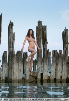 hot-naked-girl-in-water-12