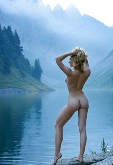 girl in mountains naked
