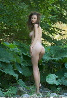 naked-girl-wearing-feathers-02
