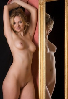 lady posing in mirror nude