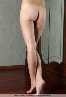 naked-model-with-manicured-pubic-hair-04