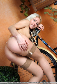 sexy-woman-naked-with-bicycle-07